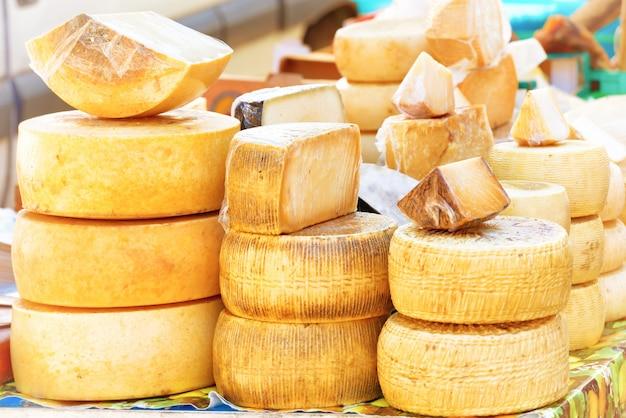 염소 우유로 만든 다양한 종류의 농장에서 만든 이탈리아 치즈