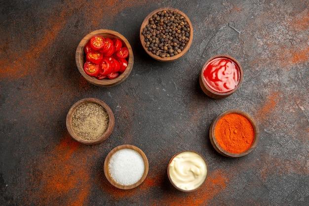 Spezie diverse disposte in cerchio