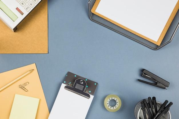 Различные канцелярские принадлежности на сером столе