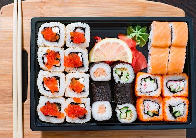 黒いプレートにさまざまな巻き寿司