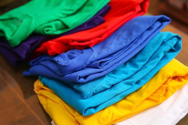 Подготовка к печати на столе различных футболок
