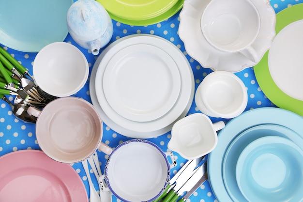 Различная посуда на скатерти