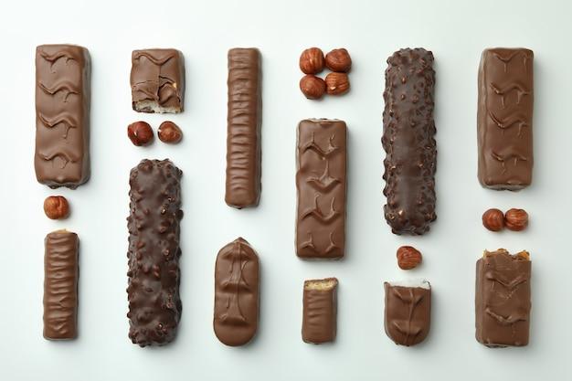 Различные вкусные конфеты на белом фоне