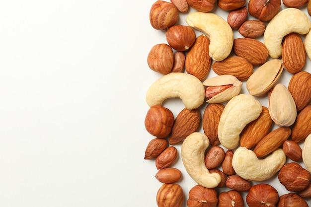 Различные вкусные орехи на белом фоне. витаминная пища