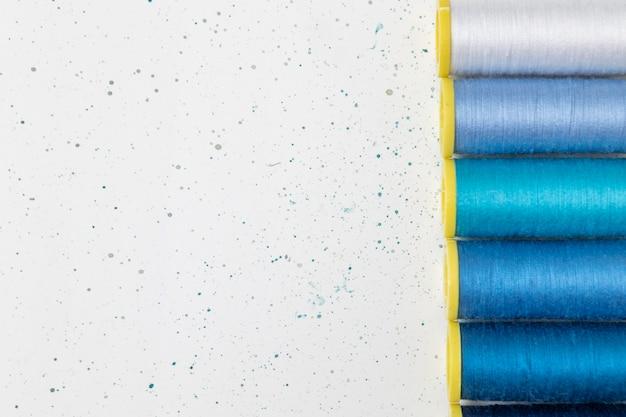 Cornice di fili diversi con copia-spazio