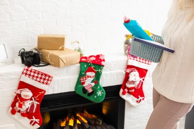크리스마스 배경 위에 부엌에서 청소를 위한 다른 도구