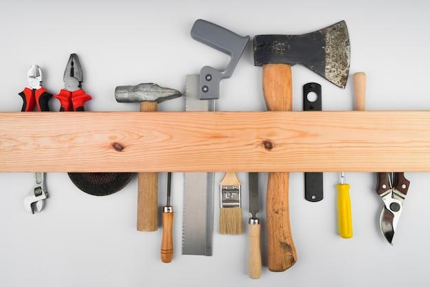 木製のサポートに掛かっているさまざまなツール