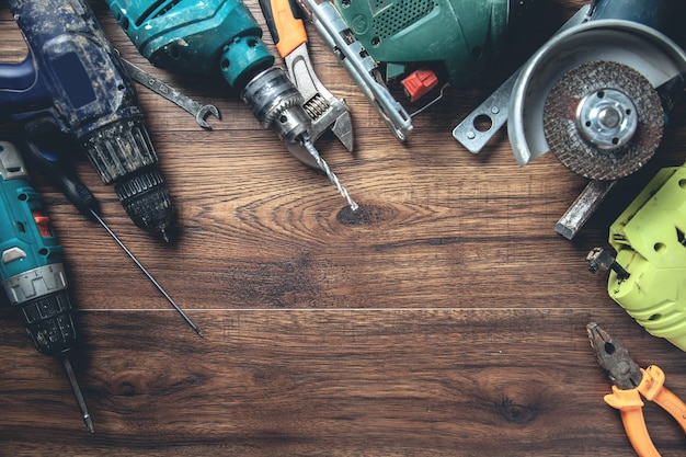 木製の机の上のさまざまなツール