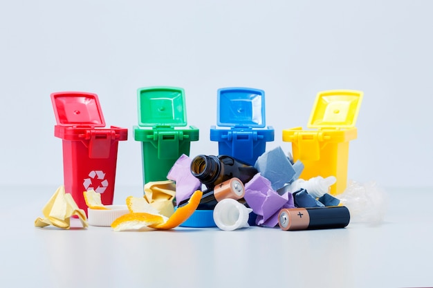 쓰레기의 추가 처리를 위해 금속, 유리, 종이, 유기물, 플라스틱에 대한 다양한 쓰레기 및 용기. 폐기물 재활용 개념.