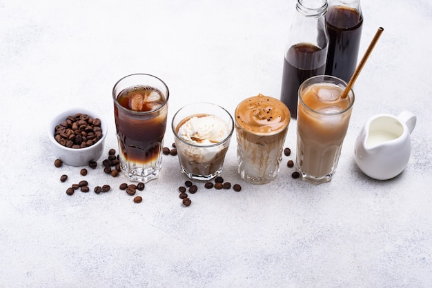 別のトレンディな冷たいコーヒーを飲む
