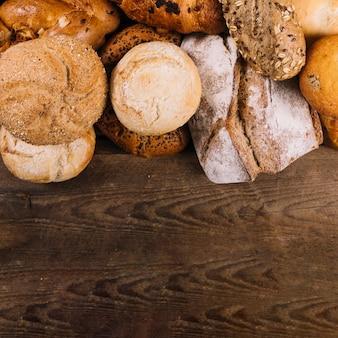 나무 테이블에 빵의 다른 유형