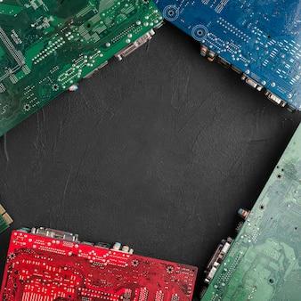 검은 표면에 다른 유형의 컴퓨터 회로 보드