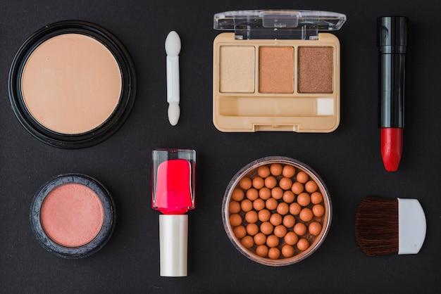 黒の背景に化粧品の異なるタイプ