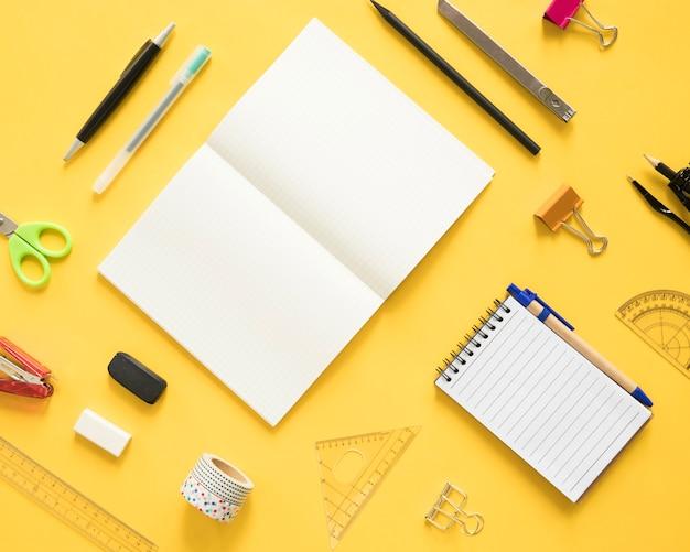 黄色い背景の文房具の異なるタイプ
