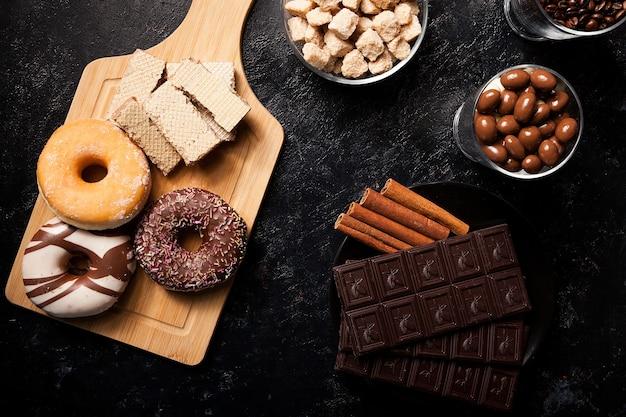 木の板と背景にさまざまな種類のお菓子