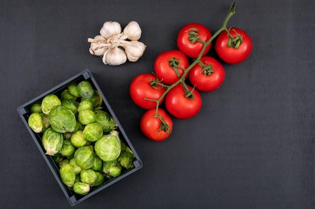木製の箱に野菜の種類