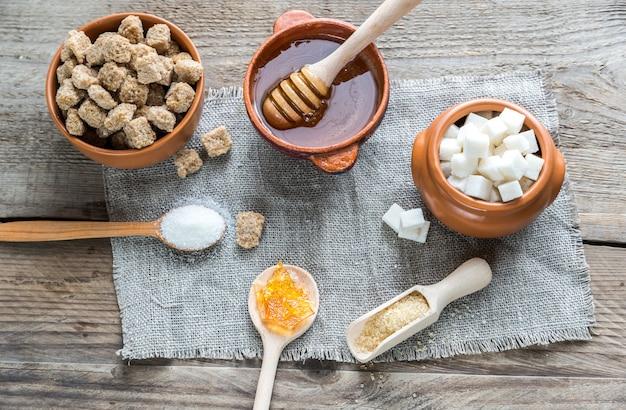 さまざまな種類と種類の砂糖