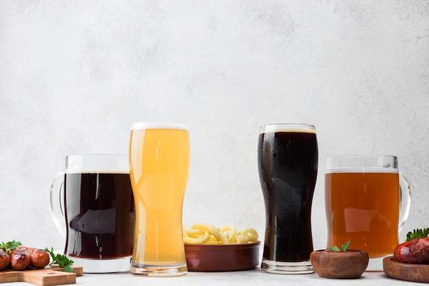 さまざまな種類のビールと食べ物