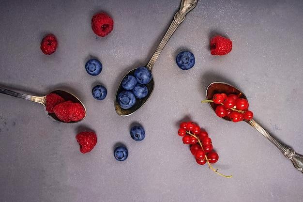 숟가락에 딸기의 종류