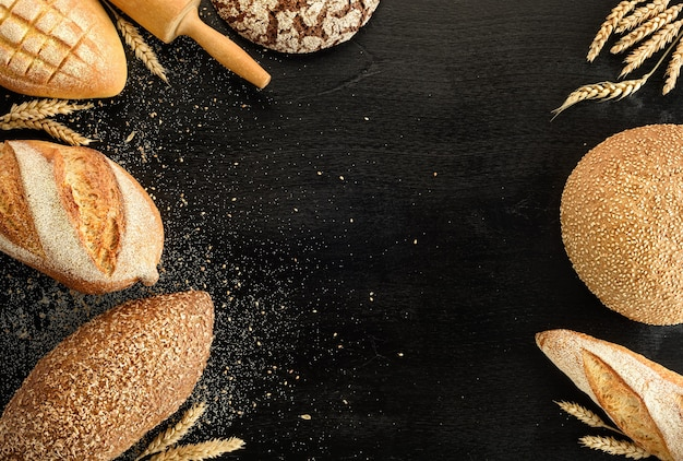 검정색 배경에 빵의 종류입니다. 평면도.