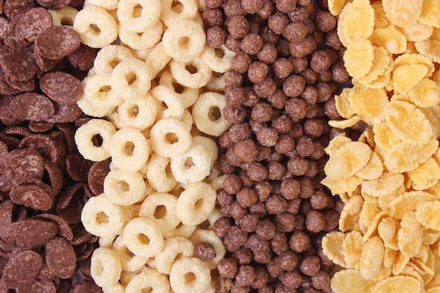 Различные виды сухих завтраков на светлом фоне крупным планом