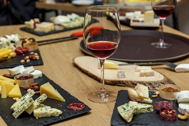 チーズメーカーからのプレゼンテーションでのさまざまな種類のチーズチーズプレートの上面図