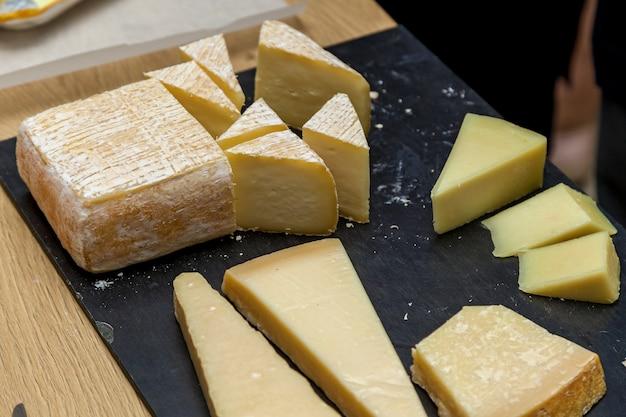 チーズメーカーからのプレゼンテーションでのさまざまな種類のチーズ