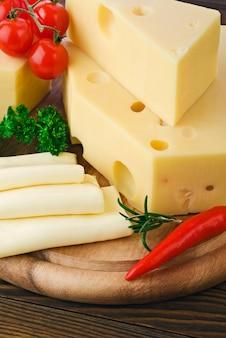 Различные виды сыра на деревянной доске