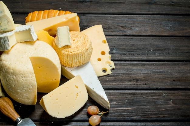 木製のテーブルにさまざまな種類のチーズ。