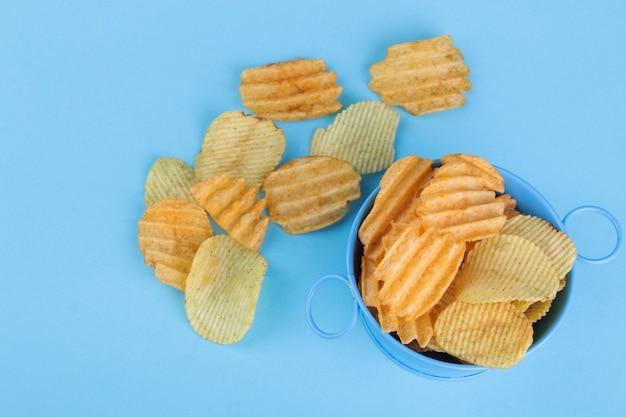 Различные виды чипсов в синей миске