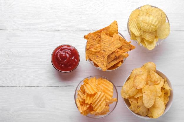 Различные виды чипсов в мисках