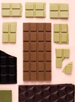 분홍색 배경에 다양한 종류의 초콜릿. 위에서 보기
