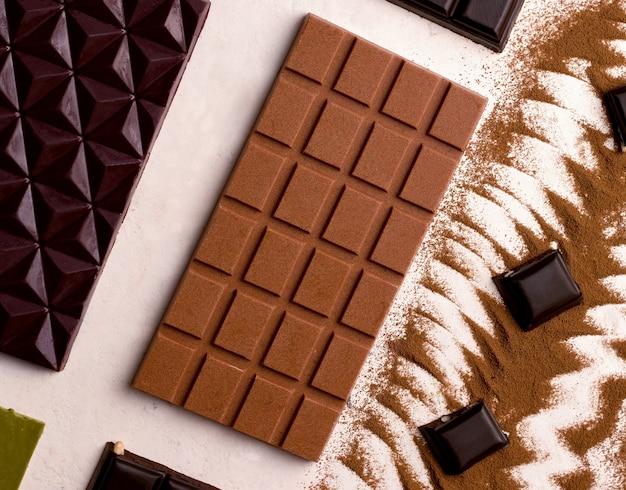 흰색 배경 클로즈업에 초콜릿의 종류. 위에서 보기