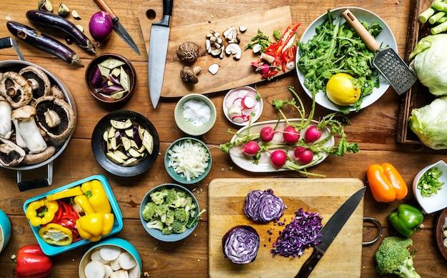 소박한 테이블에 다양한 종류의 다채로운 야채