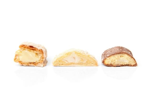 白で隔離されるさまざまな種類のクッキー。