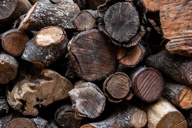バーベキューや暖炉のために燃やす準備ができて積み重ねられたさまざまな種類の生態学的な木の丸太