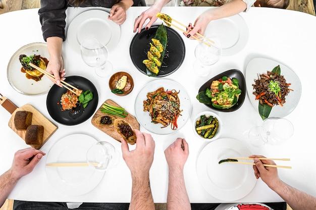 Различные виды еды на тарелках