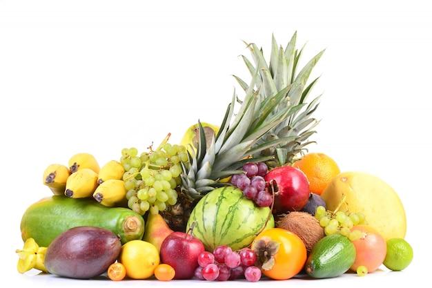 Различные виды фруктов, изолированные на белом фоне