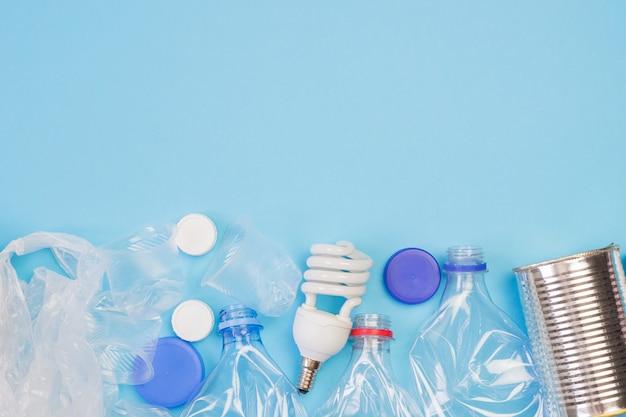 青色の背景にゴミの種類
