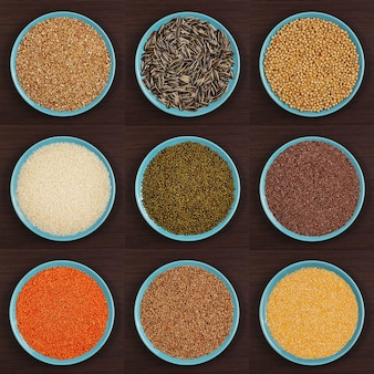 갈색 배경에 접시에 다양한 종류의 가루 다양한 가루 시리얼
