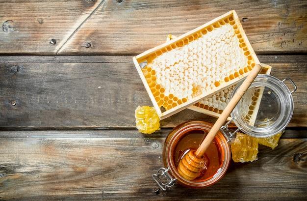 다른 종류의 꿀. 나무 표면에.