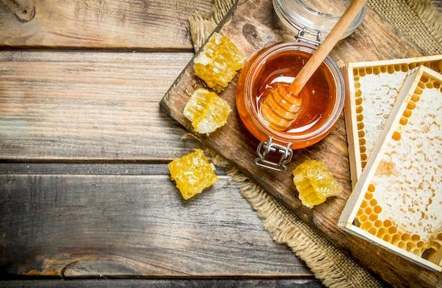 さまざまな種類の蜂蜜。木製のテーブルの上。