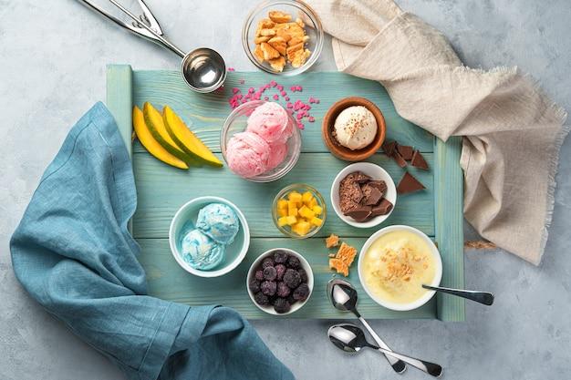 파란색 트레이 평면도에 다양한 종류의 아이스크림과 토핑