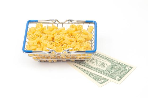 흰색에 달러 지폐와 함께 시장에서 식료품 바구니에 이탈리아 파스타의 종류