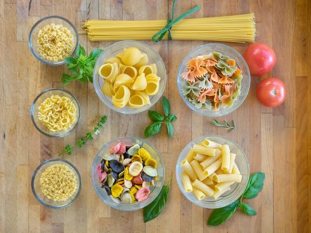 調理用に準備されたさまざまなタイプのイタリアのパスタ。 c