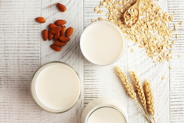 유제품 대신 다양한 유형의 무유당 우유 아몬드 및 귀리 우유 플랫레이