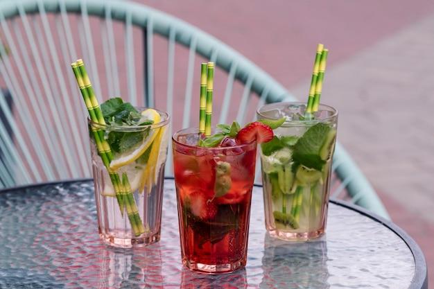 Различные виды коктейля мохито на фоне кафе.
