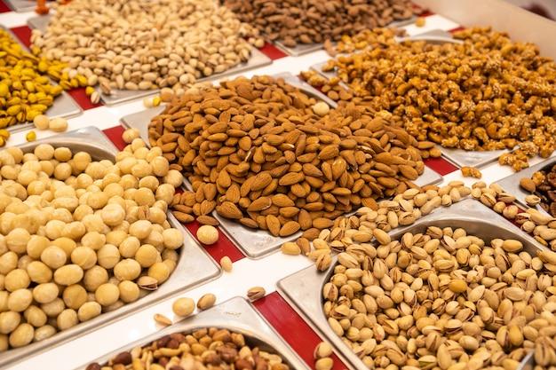 Различные типы орехов отображаются на подносах