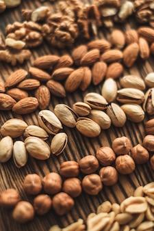 木製のまな板上のさまざまな種類のナッツ