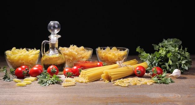 다양한 종류의 파스타 올리브 오일 레드 소스 체리 토마토 파슬리